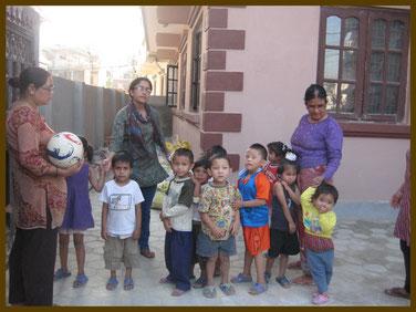 Kinder vor dem Heim