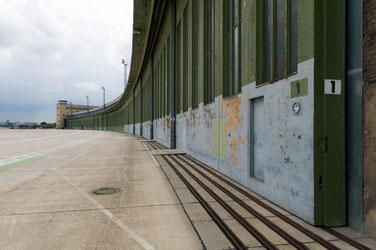 Zowel de 7 hangars als de 380 meter lange 'boarding zone' bevinden zich onder één dak van meer dan 1,2 kilometer