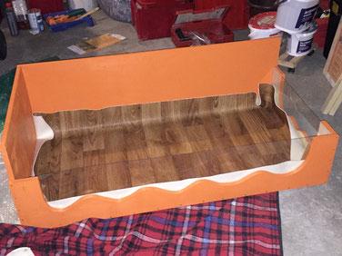 Anschließend wurde alles mit Sabberlack in orange lackiert und der Boden mit PVC ausgelegt. Hier noch nicht zu sehen: PVC sauber eingeklebt, alle Kanten mit Aquasilikon verfugt und die zweite Ebene