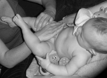 bienfaits du massage bébé, cours de massage bébé à Gap, Champsaur, Chorges-Avance, Tallard, Veynes-Dévoluy, Embrun, Guillestre-Queyras, L'Argentière, Briançon  en atelier collectif ou individuel à domicile.