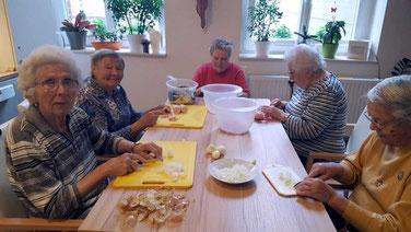 Fleißig wurden die Zutaten für die Salate, von den Bewohnern des Seniorenzentrums Flechtingen, geschnippelt.