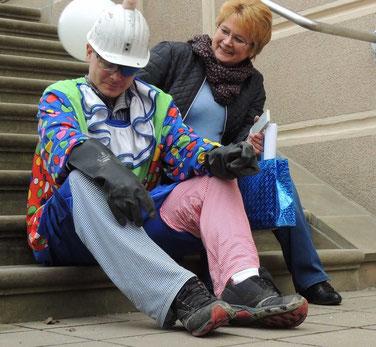 Völlig geschafft von der vielen Arbeit ließ er sich auf die Stufen nieder