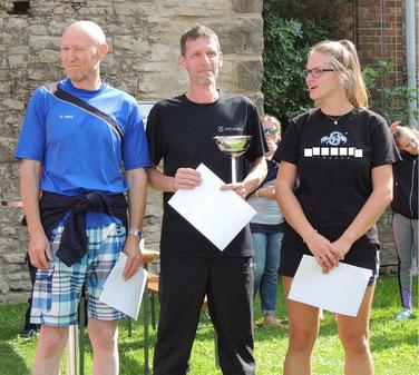 Das sind die Gewinner, Werner Thieme (li) belegte den dritten Platz, Holger Papajewski den Ersten und Rebecca Trog (re) den zweiten Rang  . < < < Emma Beising (mitte) Siegte bei den Kindern. Alexis und Catharina Hoffmann waren ihr auf den Fersen.