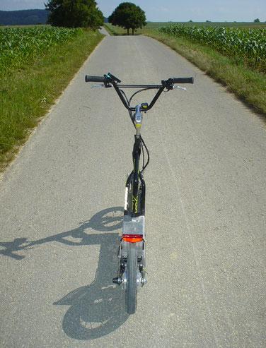 BIO-e-HYBRID-Scooter mit 6 km/h Motor für bergauf. - Freilauf-Tests downhill: 45+ km/h mit SKATE = ohne jegliche Instabilitäten etc. . . .