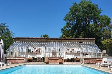 piscine avec ses transats au Domaine Belle Epoque