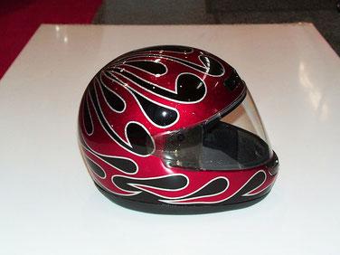カスタムペイント ヘルメット、キャンディーフレーク塗装でバイクに合わせてトライバルパターンを入れたフルフェイスヘルメット