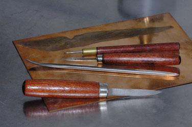 Kupferplatte. Verschiedene Radierwerkzeuge.