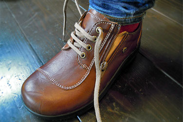 ジッパー付きの靴も何回か履かれたら靴ヒモを結びなおしましょう!