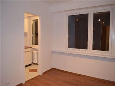 Wnętrze do stylizacji, nowe okna, panele podłogowe, gładź gipsowa, białe ścany.