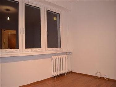 Gładź gipsowa, białe ściany, panele podłogowe, nowe okna, parapet, pusta przestrzeń do aranżacji.