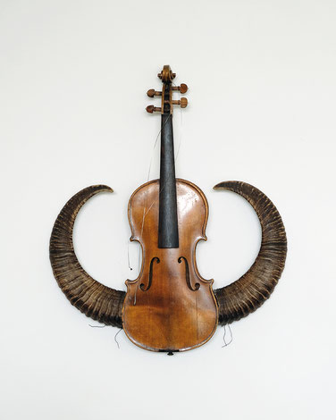 alter ego, Geige, Mufflonhörner, 59 x 46 x 9 cm, 2017