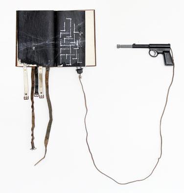 Eiserne Reserve Buch, Leder, Pistole, Kabel,  80 x 77 x 4 cm, 2017