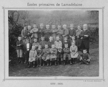Den Schoulmeschter hei ass den Johann (Jean) Linden. Gestuerwen ass hien 1901