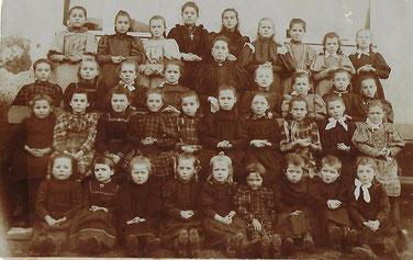1887  Dem Josée-Anne Brausch-Fourné seng Boma Mariechen 1 riets an driwer hier Schwester Matti Ketty