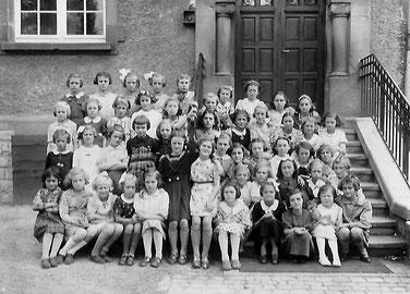 Meedercher 1930 - 1933  Ennescht Reih 3. vun Riets Faber Mathilde Fra vum Arend Pierre an Mamm vum Claude Arend. Desweideren sin nach drop vun eiser Famille: Hobscheid Anna an Faber Toiny.