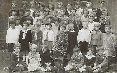 1924 - 1925  2. Reih an der Mett am Rack: Faber Sophie Fra vum Fourné Jängi an Mamm vum Josée-Anne Brausch-Fourné an Tata vum Claude Arend.