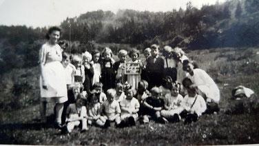 1946  Sophie Faber mat Schoulkanner um Wée fier op Muttergottes-knippchen.