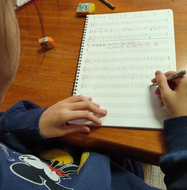 札幌市北区にある「はるピアノ教室」では、メロディー聴音(音あてクイズ+リズム の総合版です)を行っています