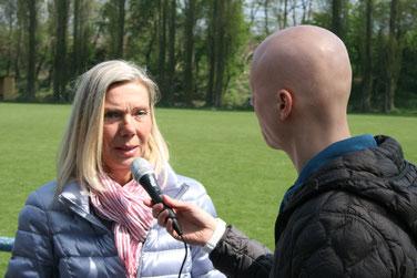 Elke Fleckhaus (Öffentlichkeitsarbeit Ambulanter Kinderhospizdienstes Kreis Recklinghausen) im Interview mit David Pätzold vom Lokalsender Radio Vest. Foto: Dirk Hantrop