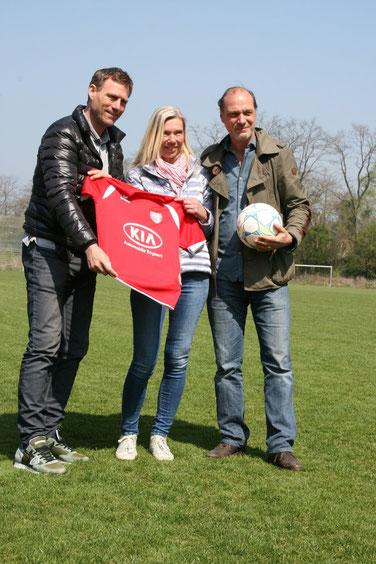 Ingo Anderbrügge und Martin Brambach kicken für den guten Zweck. Foto: Dirk Hantrop
