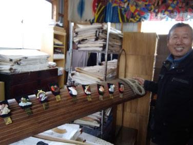 古い琴に、奥さまが古布で作られた十二支を飾って。。。ご夫婦共、才能有る方なんですね!