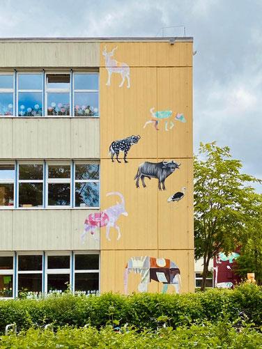 Frontgebäude zur Alfred-Faust-Straße an der Grundschule Alfred-Faust-Straße in Bremen-Kattenturm - Kunst im öffentlichen Raum in Bremen Obervieland (Foto: 05-2020, Jens Schmidt)