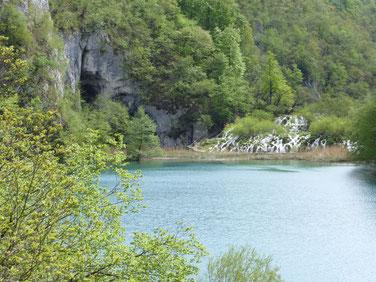Der Silbersee mit seiner Höhle im Hintergrund (Schatz im Silbersee)