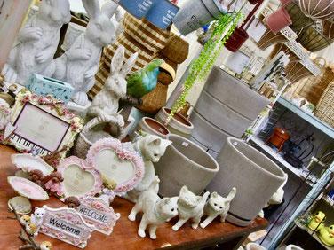 練馬桜台ガーデニングショップかのはの 写真立てやアクセサリープレート、マグネットなどスイーティな雑貨、あると楽しいネコ・イヌ・ウサギ・パンダ・イグアナ・カメ・ワニ・オウム・インコ・ハリネズミ・アヒル・ブタ・キリン・ゾウ・ラクダなどのガーデンマスコットも豊富にございます