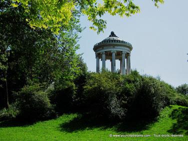 En haut d´une colline, le Monopteros du jardin anglais dispose d´une superbe vue sur Munich.
