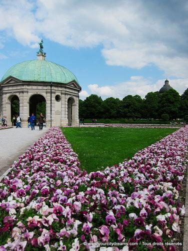 Tourisme à Munich - Le Hofgarten est le jardin de la résidence des rois de Bavière. Elle possède de jolis parterres de fleurs et des fontaines.