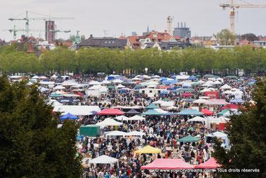 Le grand marché aux puces de la fête du printemps est un évènement majeur à Munich.