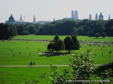 Le jardin anglais de Munich dispose de nombreuses pelouses.