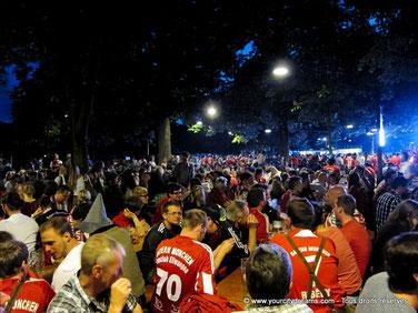 Biergarten à Munich - les matchs de foot sur écrans géants.