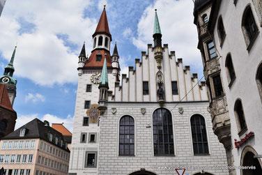 tourisme - ancien hôtel de ville gothique de Munich abrite aujourd'hui le musée du jouet