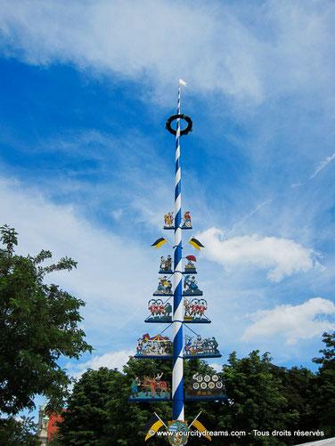 Voyage - Maibaum - l'arbre de mai du Viktualienmarkt de Munich, juste à côté du Biergarten