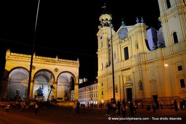 voyage - l´église baroque Theatinerkirche sur l´Odeonsplatz à Munich