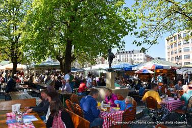tourisme - Biergarten am Viktualienmarkt servant bières et plats traditionnels bavarois