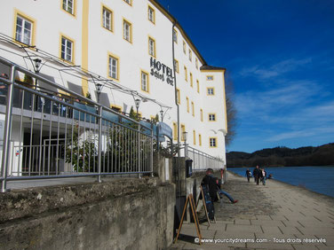 Promenade au bord de l'eau à Passau