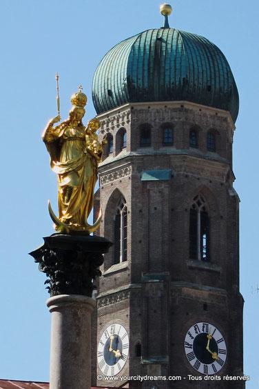 voyage - la colonne mariale, Mariensäule, au centre de la Marienplatz, avec la statue de la Vierge et la Frauenkirche en arrière plan