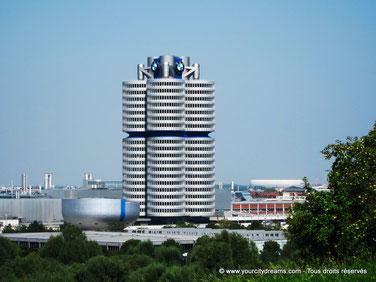La tour de BMW à Munich est le siège élégant de cette marque automobile. Son architecture n´a pas pris une ride.