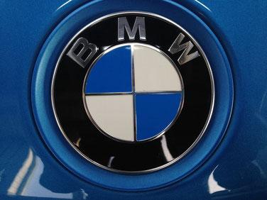 Le logo de BMW est mondialement connu et est le symbôle de la qualité allemande.