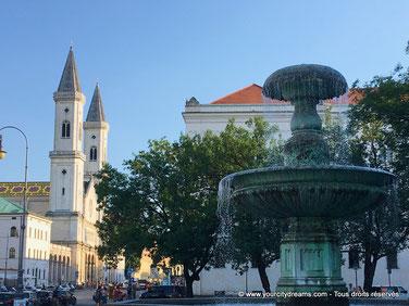 La place de l'université avec ses grands fontaines, près du jardin anglais