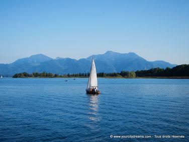 Le Chiemsee est le plus grand lac entièrement en Bavière. Il possède 2 grandes îles dont une abritant le célèbre château d´Herrenchiemsee.