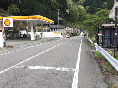 国道152号線のガソリンスタンドと上町バス停