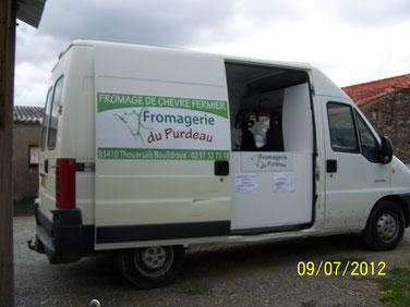 le camion de la fromagerie du purdeau producteurs de fromages de chèvres en vendée
