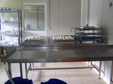 salle de fabrication de la fromagerie avec ses tables d'égouttage