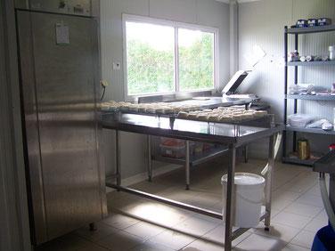 salle de fabrication de nos fromages de chèvre fermiers coté fenêtre