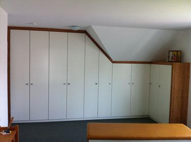 Tischlerei Feinschliff Bielefeld: Dachschrägenschrank, Lack weiß, Verkleidung Erle massiv