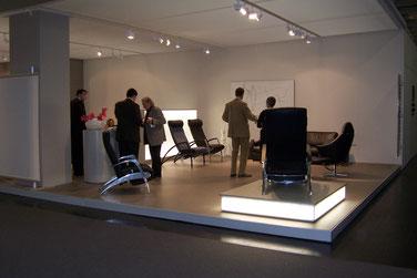 Tischlerei Feinschliff Bielefeld: Messestand, Podeste, Wandpanele, Säulen, indirekte Beleuchtung