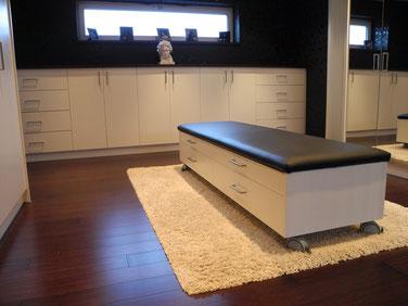 Tischlerei Feinschliff Bielefeld: Sidebord, Schubladen, Drehtüren, Deckplatte aus Fußbodenparkett
